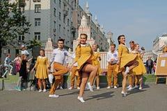 Bailarines de la calle que bailan en frente la disposición de la universidad de estado de Moscú en la calle de Tverskaya en el dí Fotos de archivo libres de regalías