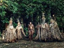 bailarines de la ROM y comienzo del pueblo un principal para realizar una danza mágica en el borde de la selva tropical foto de archivo