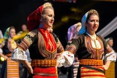 Bailarines de las mujeres jovenes de Serbia en traje tradicional Fotografía de archivo