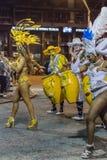Bailarines de las mujeres y baterías de Candombe en el desfile de carnaval de Uruguay Fotografía de archivo libre de regalías