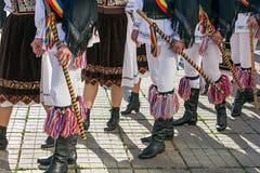 Bailarines de Rumania en traje tradicional Foto de archivo