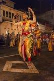 Bailarines de sexo femenino en el festival de Esala Perahera en Kandy Imagen de archivo