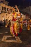 Bailarines de sexo femenino en el festival de Esala Perahera en Kandy Imágenes de archivo libres de regalías