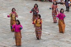 Bailarines de sexo femenino en el festival religioso de Tshechu en la fortaleza de Paro, Bhután Fotos de archivo libres de regalías