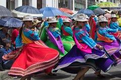 Bailarines de sexo femenino en el vestido tradicional Pujili Ecuador Fotografía de archivo libre de regalías