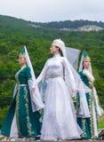 Bailarines de sexo femenino en los trajes tradicionales del Cáucaso Imagen de archivo