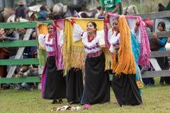 Bailarines de sexo femenino indígenas en Ecuador Imagen de archivo libre de regalías