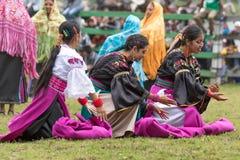 Bailarines de sexo femenino indígenas que se realizan al aire libre Imagen de archivo libre de regalías