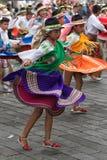 Bailarines de sexo femenino vestidos en ropa tradicional Fotografía de archivo libre de regalías