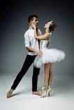 Bailarines de sexo femenino y de sexo masculino Fotografía de archivo libre de regalías
