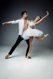 Bailarines de sexo femenino y de sexo masculino Fotos de archivo libres de regalías