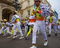 Bailarines de sexo masculino coloridos en la calle en La Habana, Cuba Foto de archivo
