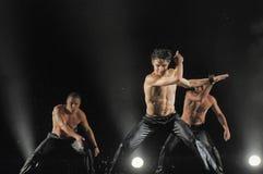 Bailarines de sexo masculino en la lluvia Imagen de archivo