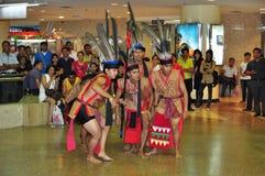 Bailarines de sexo masculino en traje del guerrero de Murut Imagen de archivo libre de regalías