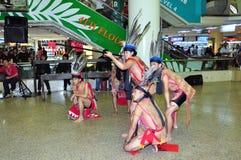 Bailarines de sexo masculino en traje del guerrero de Murut Foto de archivo libre de regalías