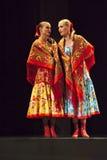 Bailarines del conjunto de la canción y de la danza de la música tradicional del estado de Tcherepovets Imagen de archivo