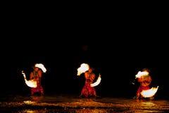 Bailarines del fuego en agua Fotos de archivo libres de regalías