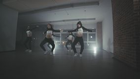 Bailarines del hip-hop que se realizan en la etapa Las muchachas que gozan del hip-hop enrrollado se mueven almacen de video