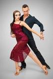 Bailarines del Latino en la acción en gris Imágenes de archivo libres de regalías