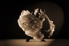 Bailarines del Latino en salón de baile Fotografía de archivo