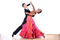 Bailarines del Latino en salón de baile Foto de archivo