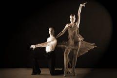Bailarines del Latino en salón de baile Imagen de archivo
