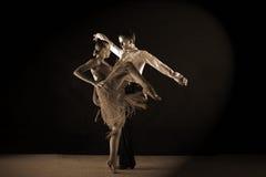 Bailarines del Latino en salón de baile Imagenes de archivo