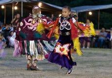 Bailarines del mantón de la suposición del Powwow de los jóvenes Foto de archivo