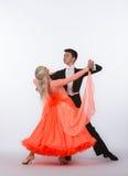 Bailarines del salón de baile con el vestido anaranjado Imagenes de archivo