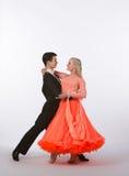 Bailarines del salón de baile con el vestido anaranjado - amor Fotografía de archivo