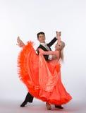 Bailarines del salón de baile con el vestido anaranjado - retroceso de la pierna Imagen de archivo libre de regalías