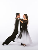 Bailarines del salón de baile con el vestido blanco y negro Fotos de archivo libres de regalías