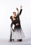 Bailarines del salón de baile con el vestido blanco y negro - brazo para arriba Fotografía de archivo libre de regalías