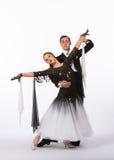 Bailarines del salón de baile con el vestido blanco y negro - extensión de los brazos Imágenes de archivo libres de regalías