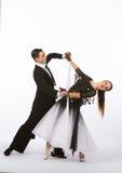 Bailarines del salón de baile con el vestido blanco y negro - inclinándose Imagenes de archivo