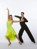 Bailarines del salón de baile con el vestido del negro y del amarillo - brazo aumentado Imagen de archivo