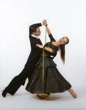Bailarines del salón de baile con el vestido negro y amarillo Fotos de archivo