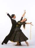 Bailarines del salón de baile con el vestido negro y amarillo - brazos hacia fuera Imagenes de archivo