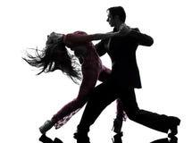 Bailarines del salón de baile de la mujer del hombre de los pares tangoing la silueta Imagen de archivo