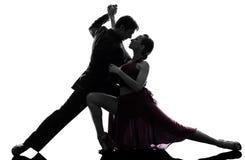 Bailarines del salón de baile de la mujer del hombre de los pares tangoing la silueta Fotografía de archivo libre de regalías