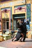 Bailarines del tango en el La Boca Buenos Aires la Argentina Imágenes de archivo libres de regalías