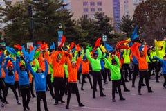 Bailarines en colores brillantes en el desfile de Philly Imagen de archivo libre de regalías