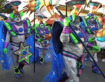 Bailarines en el carnaval en los trajes de extranjeros del espacio 3 de febrero de 2008 fotos de archivo