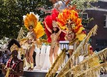 Bailarines en el flotador del desfile Imagen de archivo