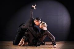 Bailarines en el salón de baile aislado en fondo negro Imagen de archivo libre de regalías