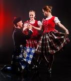Bailarines en faldas escocesas Foto de archivo libre de regalías