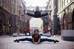 Bailarines en la calle fotografía de archivo