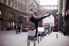 Bailarines en la calle imagenes de archivo