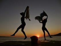Bailarines en la puesta del sol 1 Imagen de archivo