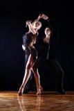 Bailarines en salón de baile Imagen de archivo